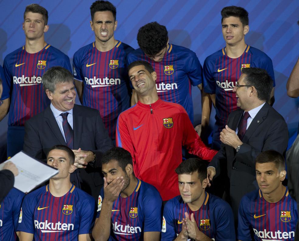 Gerard López, entrenador del Barça B, bromea con Josep Maria bartomeu, el president el Barça