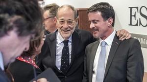 Manuel Valls (derecha) y Javier Solana, en el encuentro en Esade Forum, en Barcelona, el 11 de diciembre.