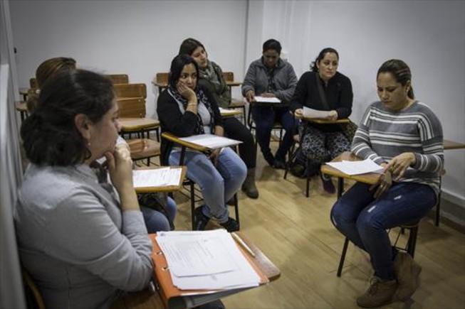 FORMACIÓN. Sesión de entrevistas para inscribirse en un curso de atención sociosanitaria, en la sede de la asociación Mujeres Pa'lante, en L'Hospitalet de Llobregat.