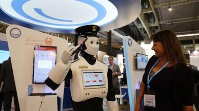 INNOVACIÓN. Robot policía en el estand de Dubái de la feria Smart City Expo. El emirato implantará estos robots en el 2017.