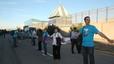 Un miler de persones gairebé envolten el CIE de la Zona Franca