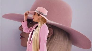 La cantante Lady Gaga, posa para los fotógrafos durante la promocion de su nuevo álbum Joanne en Tokio, Japón.