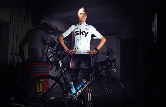 Chris Froome, con el nuevo 'maillot' blanco que el equipo Sky lucirá en el Tour.