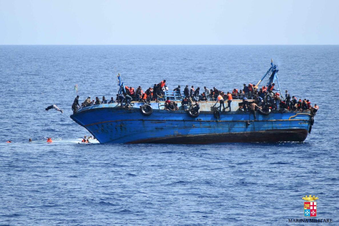 Un barco de pescadores lleno de inmigrantes que ha zarpado de las costas de Libia con destino a Italia comienza a tambalearse.