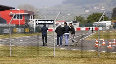 Luís García Abad (izquierda), mánager de Fernando Alonso, y a su lado, con pelo blanco, el padre del deportista, en el circuito asturiano este domingo.