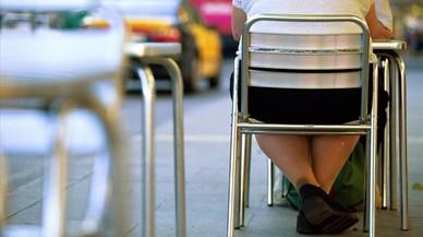 Personas con sobrepeso, en una terraza del paseo de Gràcia de Barcelona.
