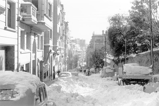La calle de Teodora Lamadrid de Sant Gervasi, una de las zonas donde más nevó, amaneció cubierta por un manto blanco el 26 de diciembre de 1962.