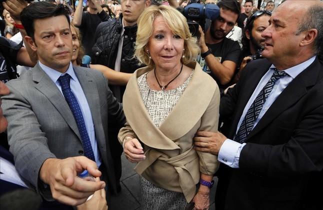 La presidenta del PP de Madrid,Esperanza Aguirre, enlos juzgados de Plaza Castilla,junto a Beltr�nGutierrez Moliner (derecha).