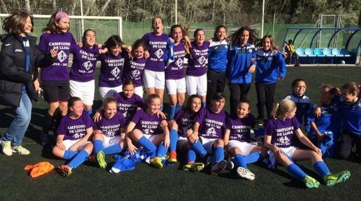 Un equipo femenino de Lleida hace historia al ganar una liga masculina de fútbol