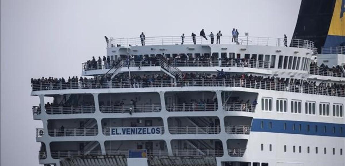 Grècia comença a treure immigrants de Lesbos en vaixells