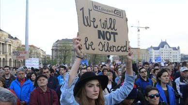 Decenas de miles de húngaros protestan por la intención de Orban de cerrar una universidad
