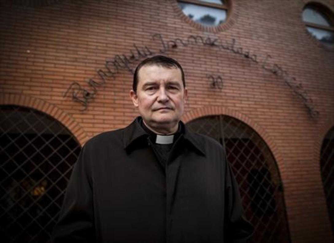 """Vecinos de L'Hospitalet piden la expulsión del 'cura legionario' por un acto """"fascista"""""""