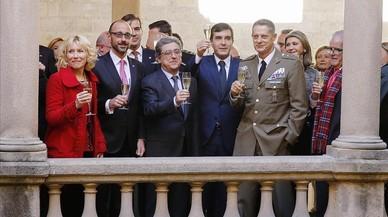 Enric Millo, con los subdelegados del Gobierno y miembros de los cuerpos de seguridad y del PP, en el brindis por la Constitución.