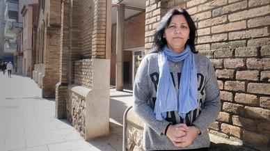 Andrea Zárate, usuaria de Cruz Roja, el miércoles ante la sede de la entidad en Cornellà.