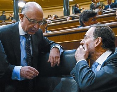  En el Congreso Mariano Rajoy habla con el ministro Cristbal Montoro, ayer, en la Cmara baja.