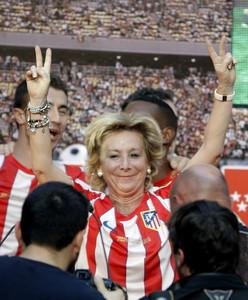 La presidenta de la Comunidad de Madrid, Esperanza Aguirre, hace el símbolo de la victoria, el pasado día 10, durante la recepción de la institución madrileña al Atlético de Madrid tras ganar la Liga Europa.