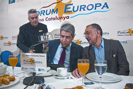 El portavoz del Govern, Francesc Homs, y el lder de UGT en Catalunya, Josep Maria lvarez, ayer en el Foro Nueva Economa, en Barcelona.