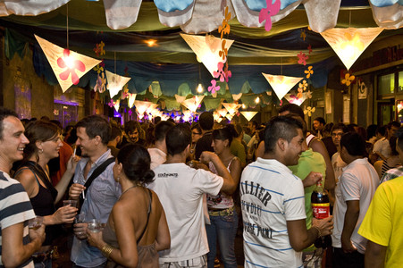 Ambiente festivo en la calle Providncia, durante la fiesta mayor del barrio de Grcia, en Barcelona. 