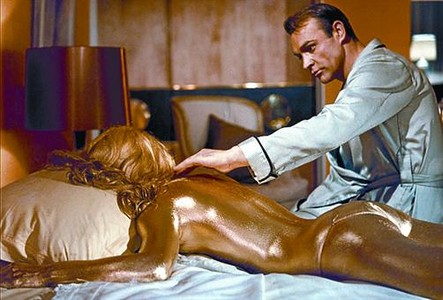 MOORE 3Despus de ser El Santo en televisin, Roger Moore aport ms irona a Bond. Con Jane Seymour en '007 Vive y deja morir' (1973).