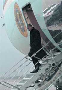 Barack Obama desciende del 'Air Force One' en Maryland tras regresar de Florida.