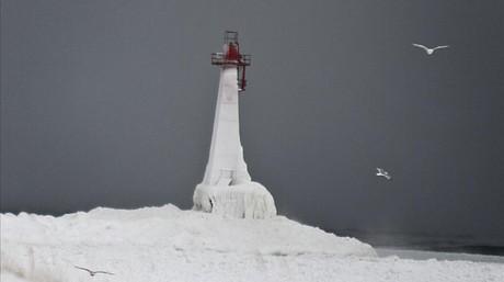 El faro de la playa de Pere Marquette, Michigan,cubierto de hielo.