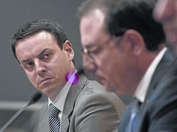 Manel Prat mira a Ramon Espadaler durante una rueda de prensa sobre la muerte de Benítez, en octubre.