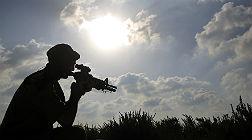 Un soldado israel� vigila la frontera con Gaza.