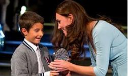 La duquesa de Cambridge entrega el premio a Carlos P�rez Naval.