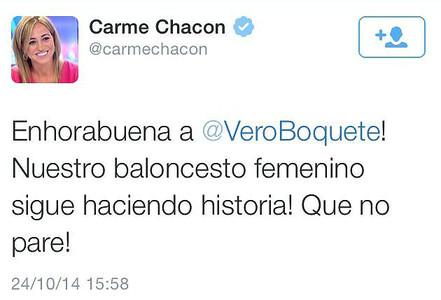 El tuit en el que Carme Chac�n felicitaba a la futbolista Vero Boquete por sus logros en el baloncesto.