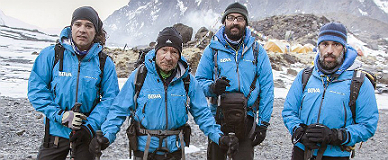 Carlos Mart�nez, a la izquierda, junto a sus compa�eros de expedici�n al Annapurna.