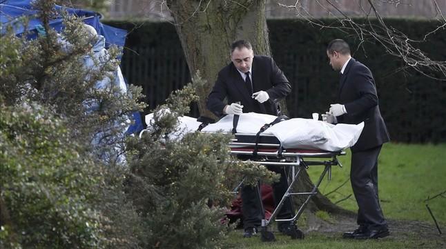 La policía trabaja en el lugar donde un hombre se quemó a lo bonzo frente al palacio de Kensington.