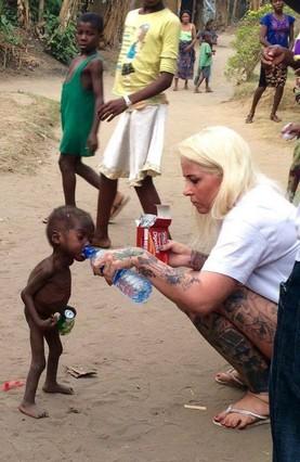 Una activista danesa da de beber a un niño de dos años en Nigeria acusado de brujo