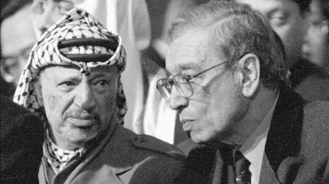 Butros-Ghali (derecha) y el líder palestino Yasir Arafat, el 11 de enero de 1996.
