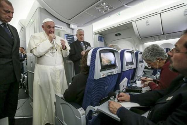 El Papa habla con los medios durante el vuelo hacia Roma.