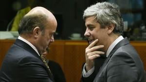 El ministro de Economía español, Luis de Guindos (izquierda) , con el portugués Mario Centeno