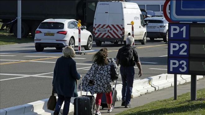 Els controls de seguretat sembren el caos a l'accés a l'aeroport de Brussel·les