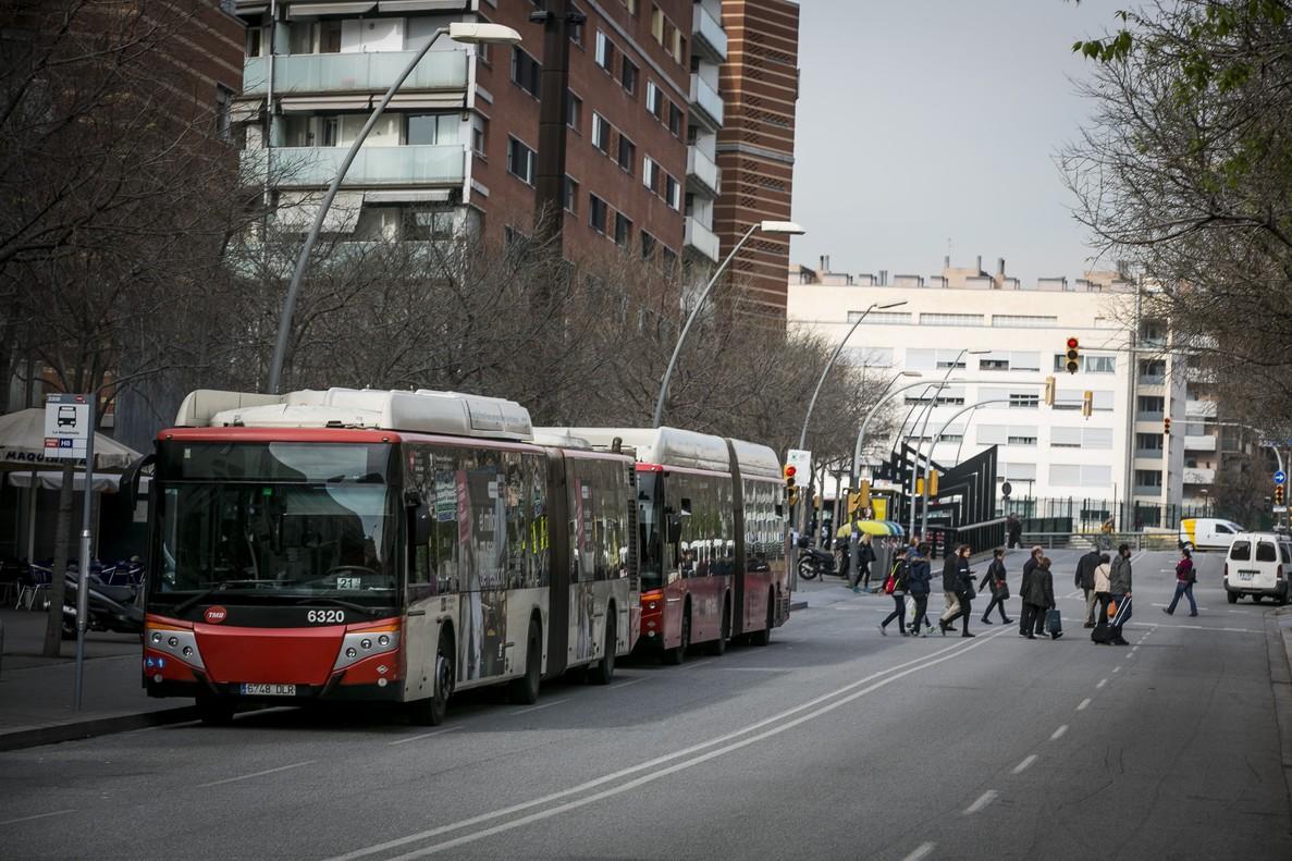 Un autobús de la línea H8 en la parada de calle Sao Paulo