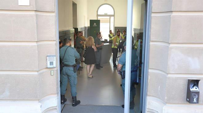Registro de la Guardia Civil en las oficinas de Adif de La Sagrera.