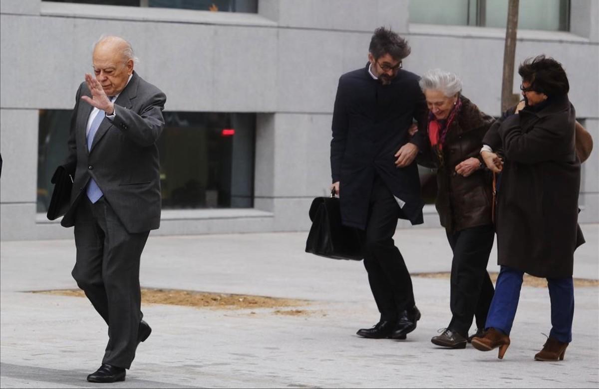 Jordi Pujol y su esposa, a su llegada a la Audiencia Nacional para declarar, en febrero del 2012.