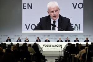 Matthias Müller, presidente de Volkswagen, se dirige a los periodistas en la rueda de prensa de ayer en Wolfsburg (Alemania).
