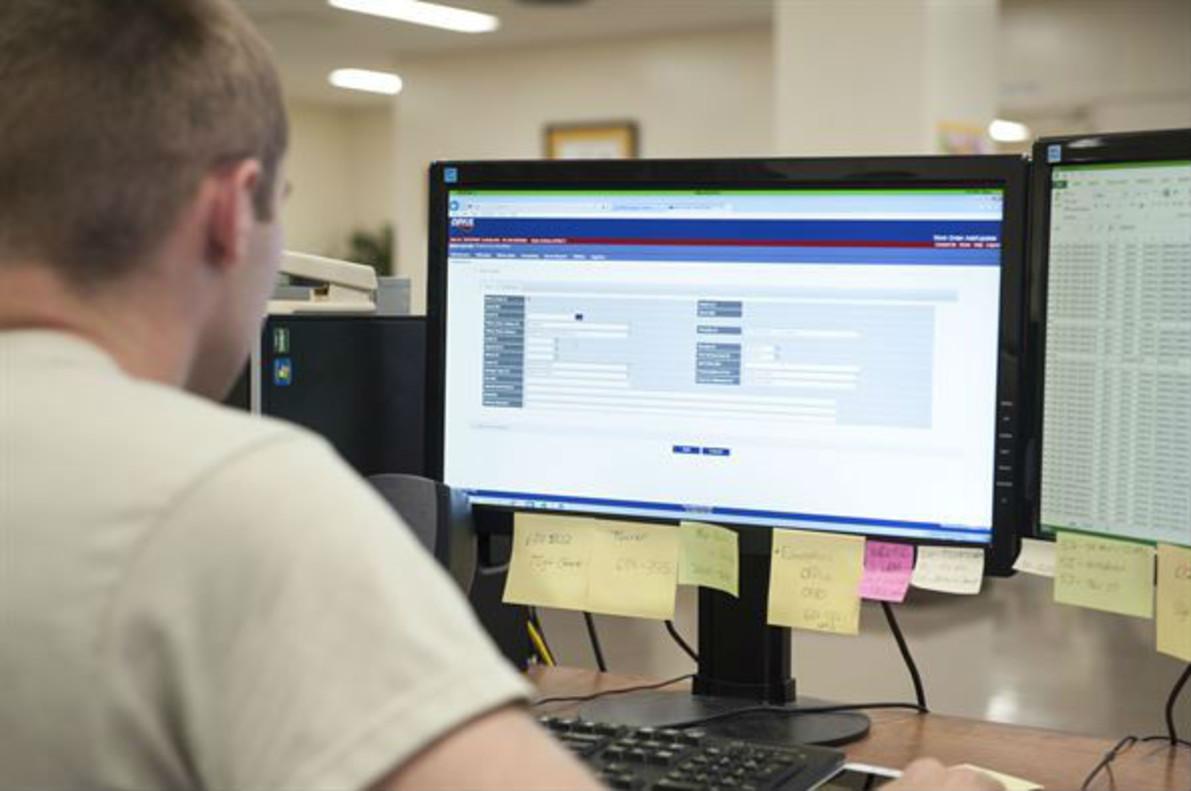 Un trabajador, frente a un ordenador.