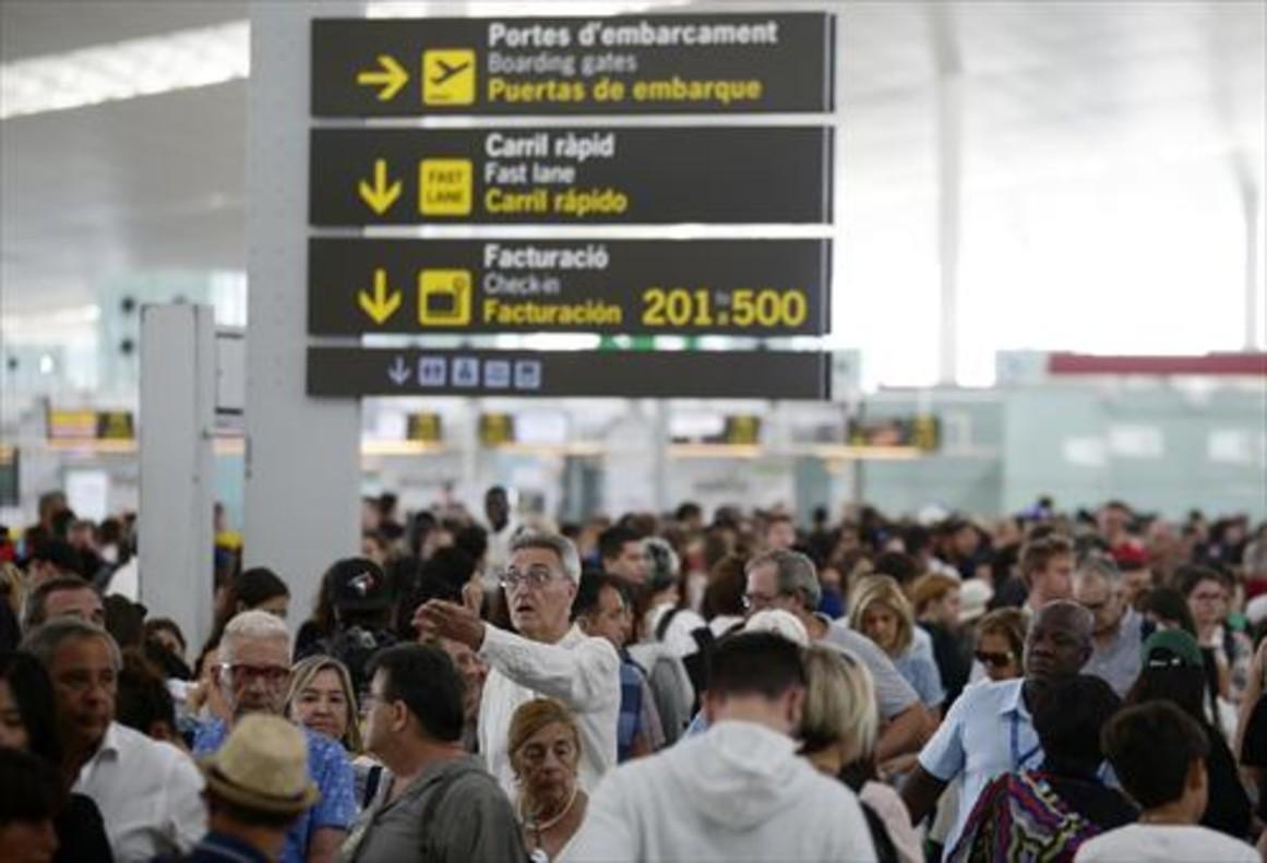 Pasajeros en el aeropuerto barcelonés, ayer.