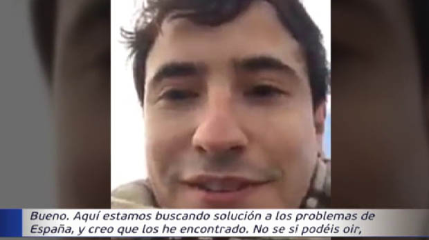 Un civil grava un vídeo a dalt dun tanc dins una caserna amenaçant Puigdemont i Iglesias