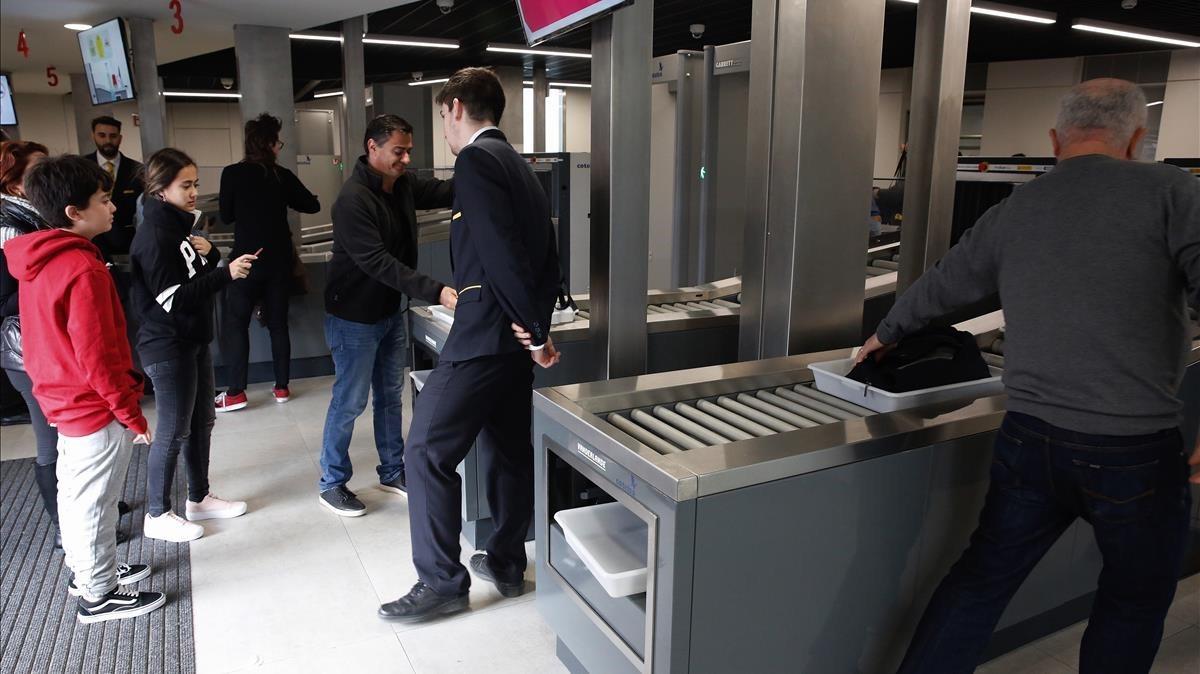 Nuevas medidas de seguridad en el templo de la Sagrada Familia. Se han instalado detectores de metales en la entrada de la calle Marina.