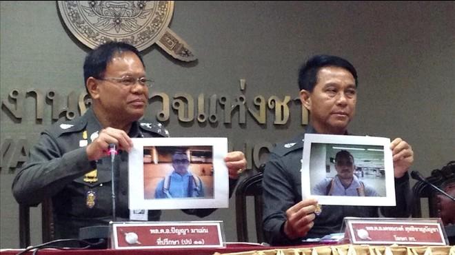 Agentes tailandeses muestran fotos de Artur Segarra durante una rueda de prensa para informar de la investigaci�n del crimen de David Bernat, en Bangkok, el 5 de febrero.