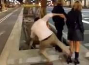 El agresor M. G. M. propina una brutal patada a una joven en la avenida Diagonal de Barcelona.