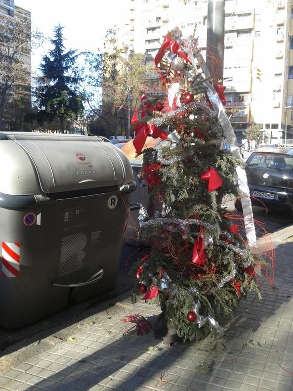 El árbol de Navidad, en <br>un contenedor de basura