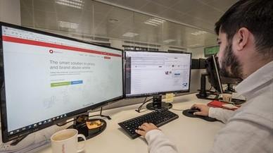 CONECTADO. Un empleado de la 'legaltech' Red Points usa el panel de control de reastreo de piratería.