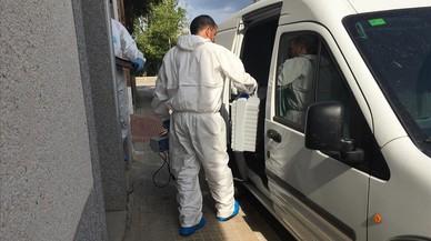 Agentes de la polic�a cient�fica de los Mossos, durante la inspecci�n del domicilio de la v�ctima.