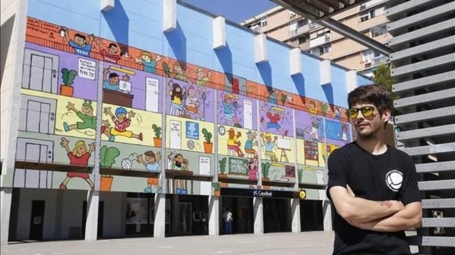 Kamil Escruela, frente al mural pintado en el Bes�s para reivindicar que el viejo cine de propiedad municipal se convierta en un equipamiento.
